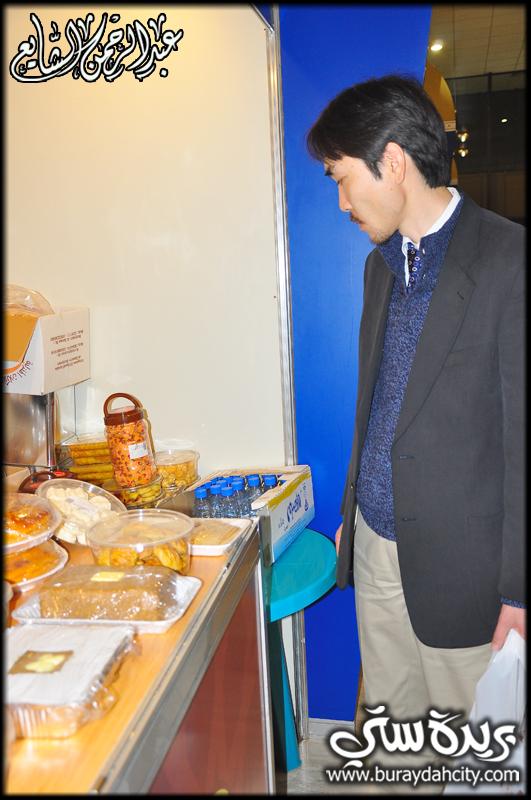 صـور ياباني يزور مهرجان الكليجا